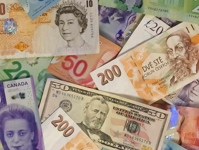 Notas de dinheiro e moedas de vários países