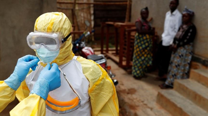 Profissionais da saúde ajustam equipamentos antes de entrar em local com suspeita de ebola na República Democrática do Congo