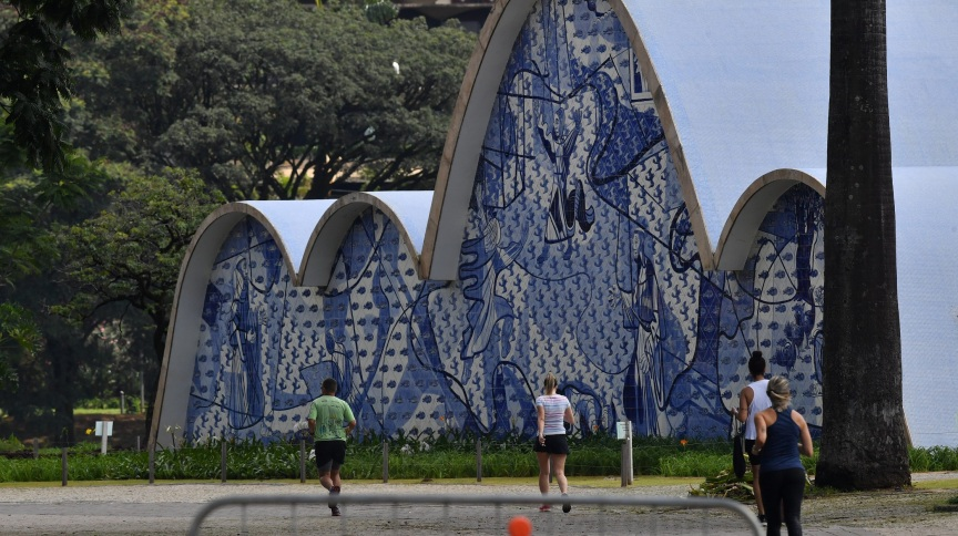 Pessoas fazem exercícios na Orla da Lagoa da Pampulha, ao lado da Igreja São Francisco de Assis, em Belo Horizonte (4.abr.2020)