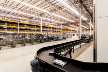 O centro tem capacidade para separar 5 mil produtos por hora, o que reduz o tempo de separação dos produtos de 24 para 2 horas