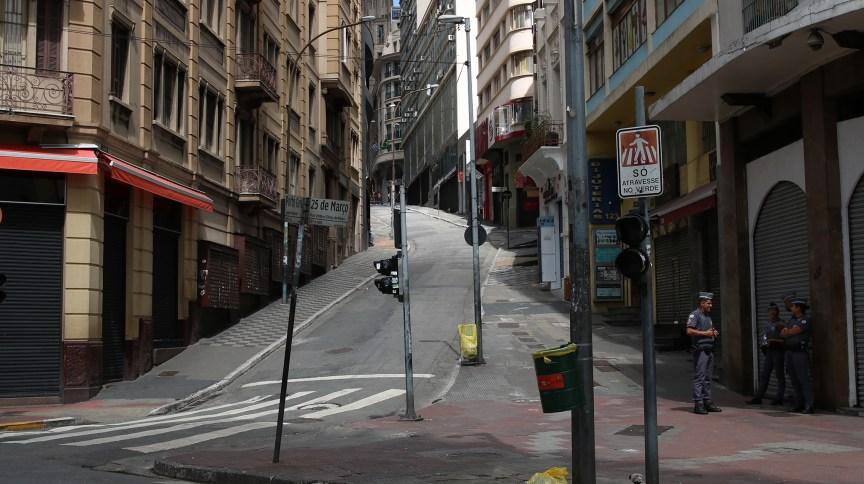 A Ladeira Porto Geral, em São Paulo, popular via de comércio, fechada em meio à pandemia de COVID-19