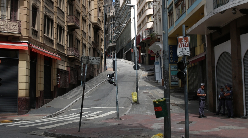A Ladeira Porto Geral, em São Paulo, popular via de comércio, fechada em meio à pandemia