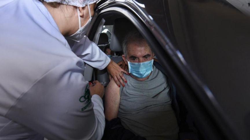 Idoso é vacinado em posto drive-thru na cidade de São Paulo