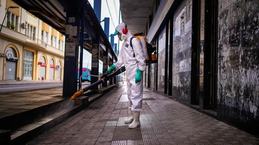 Funcionário sanitiza via pública em Porto Alegre, Rio Grande do Sul (28.mar.2020)