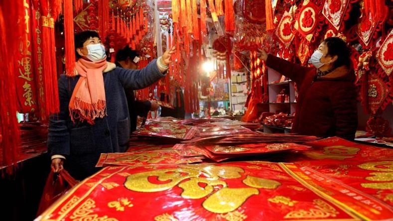 Pessoas compram decorações para o Ano Novo Chinês em mercado de Yangzhou