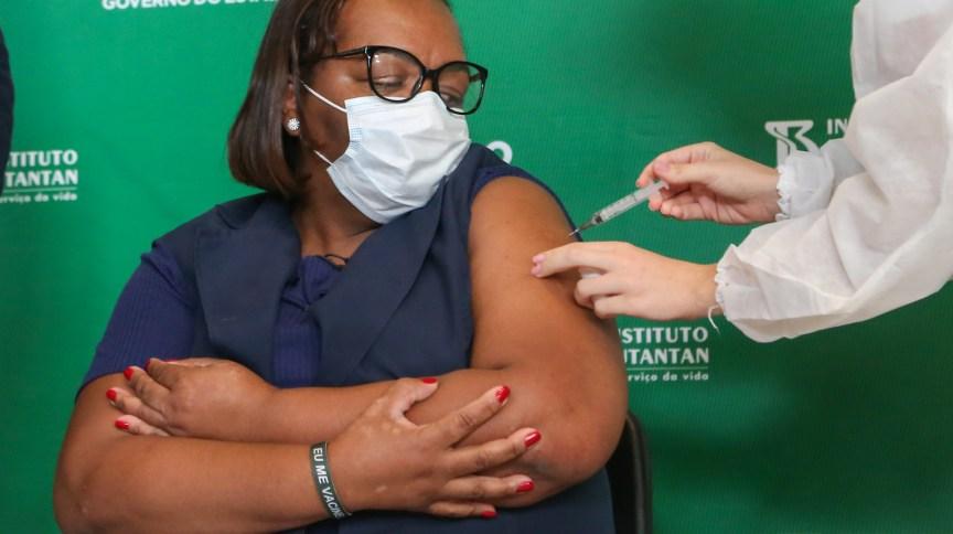A enfermeira Monica Calazans recebe a segunda dose da vacina contra Covid-19