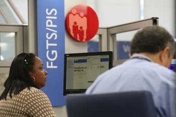 Linha de crédito permite a antecipação do saque do FGTS, mas é preciso atenção às taxas de juros