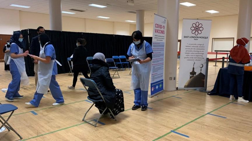 Membros da comunidade local são vacinados contra Covid-19 na Mesquita do Leste de Londres