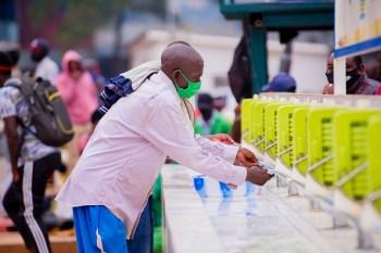 O país centro-africano tem lutado contra uma onda de infecções da Covid-19, que forçou o governo a impor novamente um bloqueio no mês passado