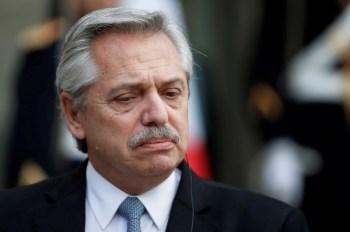 Promotoria apontou foto em que Alberto Fernández aparece com amigos em uma festa. Presidente sugeriu pagar multa por ocorrido