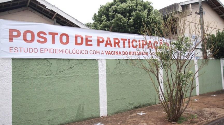 Fachada da Escola Edesio M. de Oliveira, no município de Serrana, interior de São Paulo, um dos locais escolhidos para vacinação