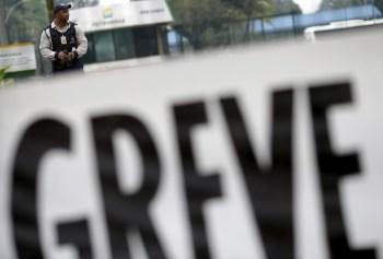 A greve por tempo indeterminado teve adesão de cerca de 1.000 trabalhadores da Petrobras que se manifestaram contra a venda de refinaria no estado