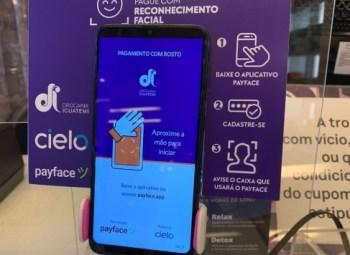 Para usar essa tecnologia, o consumidor deve fazer uma cadastro prévio de seu rosto e do seu cartão de crédito no aplicativo Payface