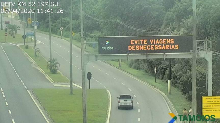 Painéis, como este, na rodovia dos Tamoios, tentam conscientizar motoristas para não viajar (7.abr.2020)