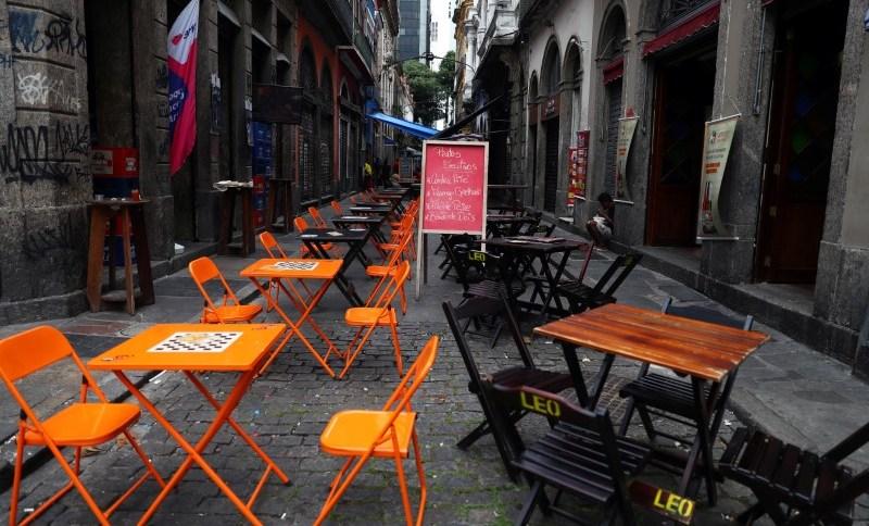Mesas vazias em restaurante do Rio (20/03/2020). Comércio teve queda brusca da confiança