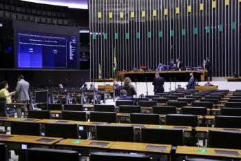 Após mais de 12 horas de sessão durante toda a quarta-feira, os deputados encerraram os trabalhos sem finalizar a votação do segundo turno