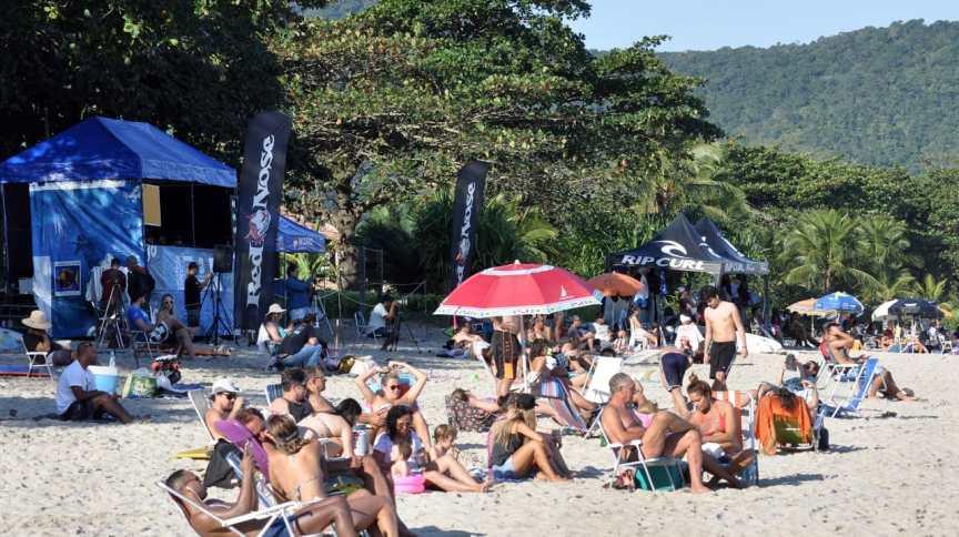 Em São Sebastião, praia estava cheia no fim de semana anterior à Páscoa mesmo com quarentena