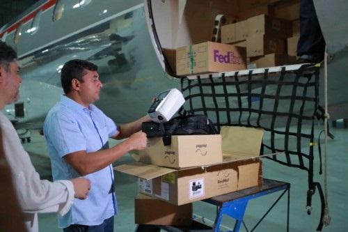 O governador do Amazonas, Wilson Lima (PSC), recebe carga de respiradores em aeroporto de Manaus