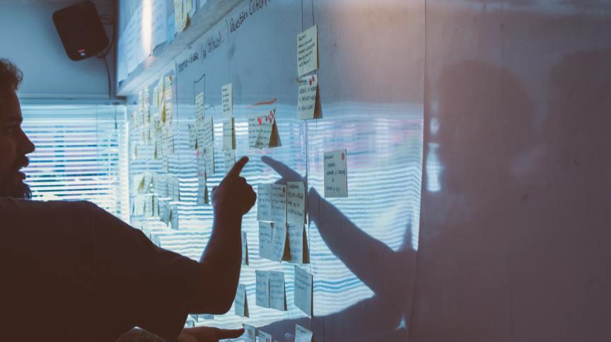 Dia de trabalho em uma startup: dependentes de capital intensivo, startups sentiram rápido os efeitos da pandemia na economia