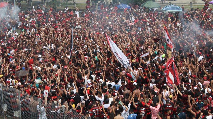 Torcedores do Flamengo se aglomeram no entorno do Maracanã antes da partida contra o Internacional
