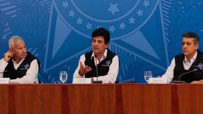 O ministro da Saúde, Luiz Henrique Mandetta, entre o secretário-executivo João Gabbardo e o diretor de logística, Roberto Dias