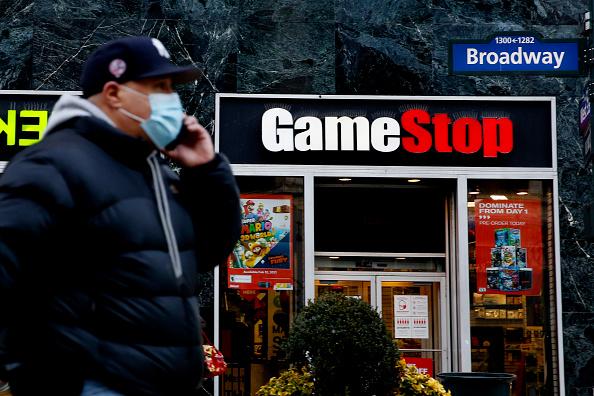Um homem fala ao telefone em frente à GameStop, em fevereiro de 2021, em Nova York.