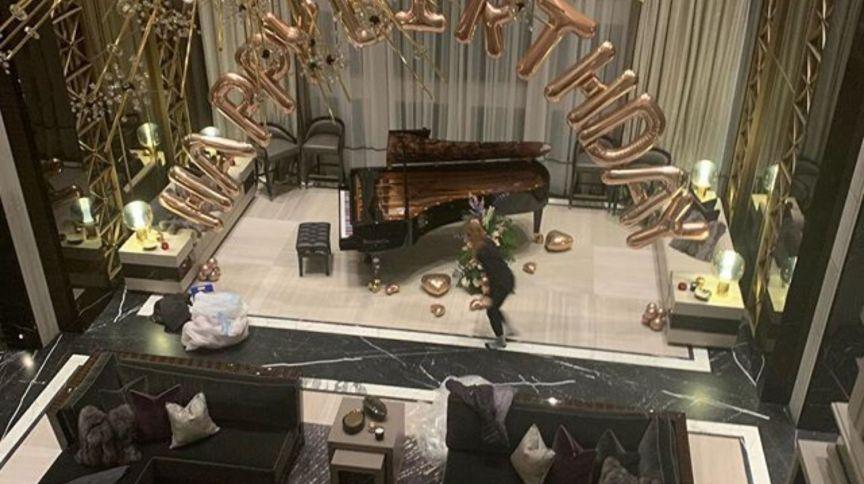 Sala da mansão do rapper drake: piano feito exclusivamente para o ambiente