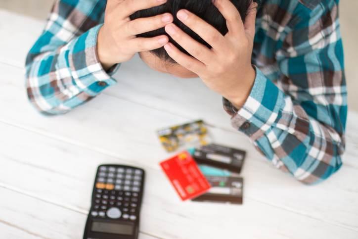 Pessoa com dívidas