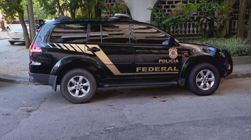 Viatura da polícia federal estacionada
