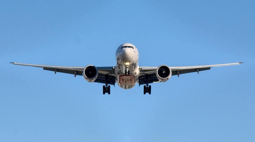 Avião decola com céu azul