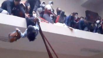 Um tumulto em um corredor esmagou os alunos contra a grade de proteção que se rompeu