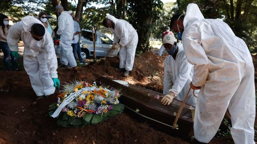Enterro no cemitério da Vila Formosa, em São Paulo, durante a pandemia de Covid-19