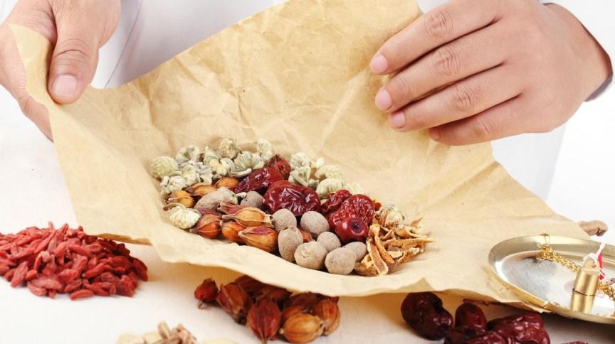 Agência chinesa da saúde aprovou venda de 3 produtos da medicina tradicional chinesa para ajudar a tratar a Covid-19