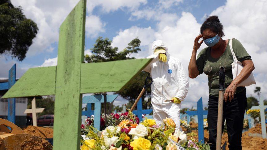 Enterro de vítima da Covid-19 em cemitério de Manaus