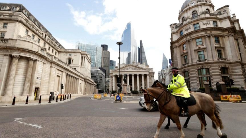 Policiais patrulham área de Londres, na Inglaterra (31.mar.2020)