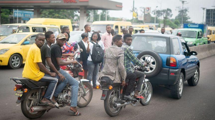 Mototáxistas em Kinshasa: crianças e adolescentes precisam trabalhar para fechar a renda da casa durante a pandemia