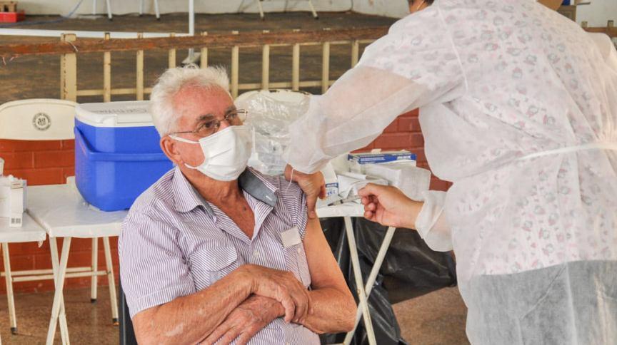 Idoso é vacinado contra Covid-19 em Nova Granada (SP), em 2 de março
