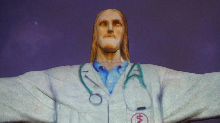 Homenagem as pessoas da área da saúde, realizada durante a missa Pascal, no Cristo Redentor, Zona Norte do Rio (12.abr.2020) - Daniel Castelo Branco/ O Dia/ Estadão Conteúdo