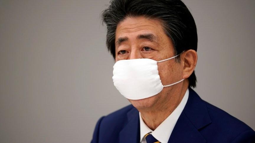 No começo do mês, Shinzo Abe recebeu críticas depois de dizer que o governo distribuiria duas máscaras de pano reutilizáveis para cada uma das cerca de 50 milhões de famílias do Japão