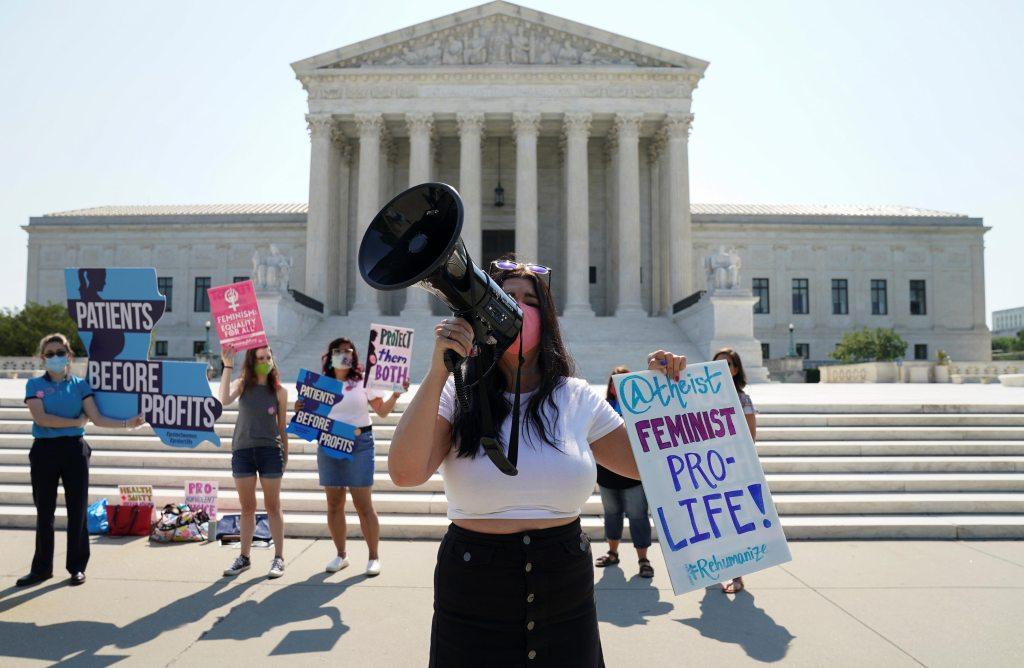 Manifestação contra aborto nos EUA em frente à Suprema Corte