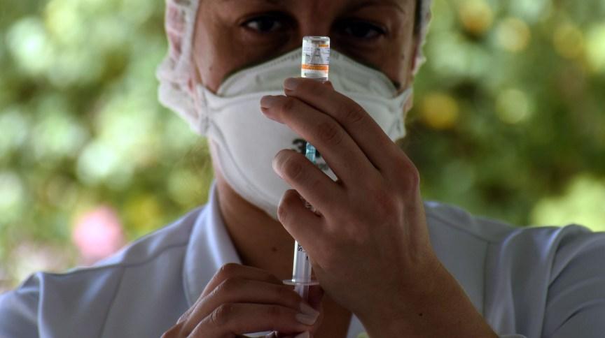 Profissional prepara vacina contra Covid-19 para aplicação no Rio de Janeiro