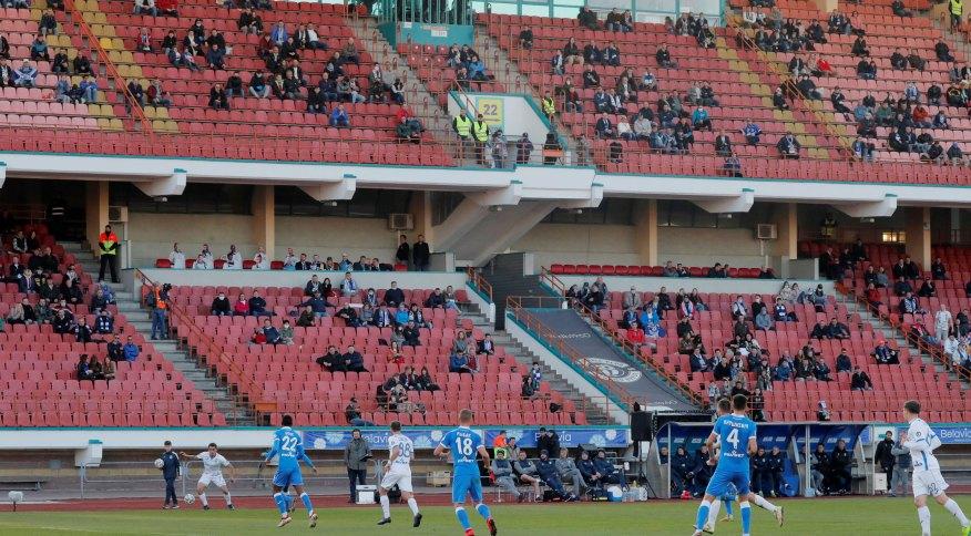 Partida entre Dynamo Brest e Isloch Minsk pela liga bielorrussa reuniu torcedores em meio à pandemia