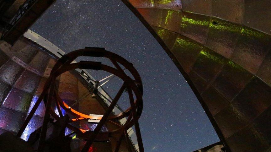 O interior de um dos telescópios da Nasa durante noite de observação