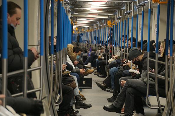 Passageiros em metrô de Moscou, Rússia, em 10 de março de 2021