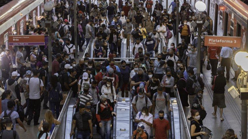 Movimento intenso de passageiros na plataforma da Estação da Luz, na região central de São Paulo