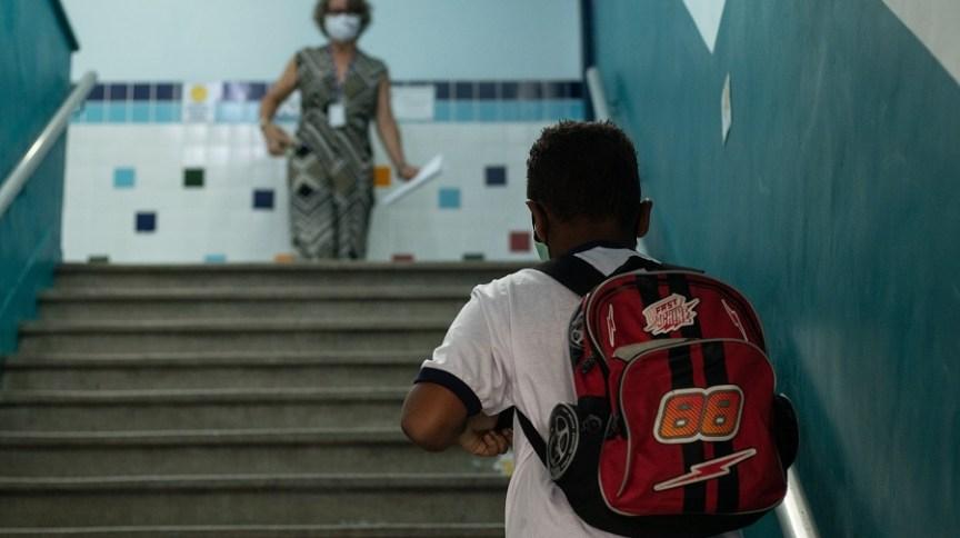 Aluno na Escola Municipal Suíça, na Penha, na zona norte do Rio de Janeiro