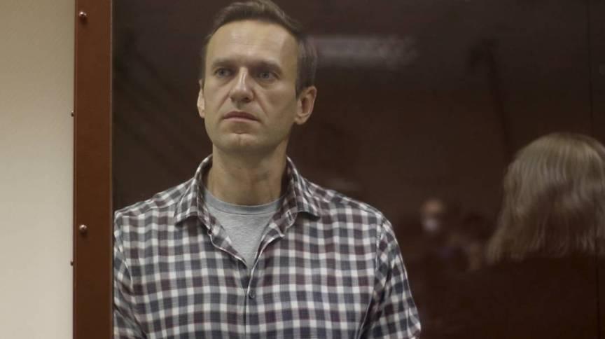 Alexey Navalny dentro de sela durante audiência em Moscou