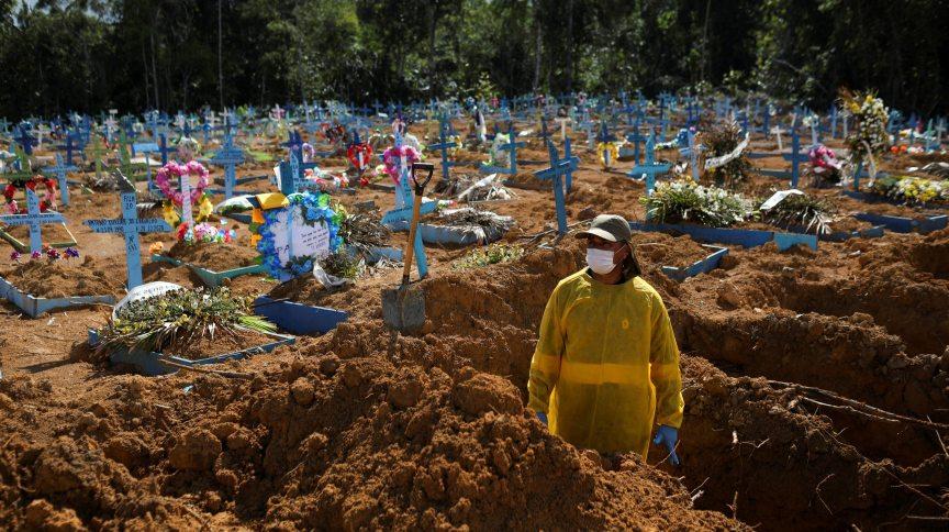 Funcionária de cemitério em Manaus durante pandemia da Covid-19