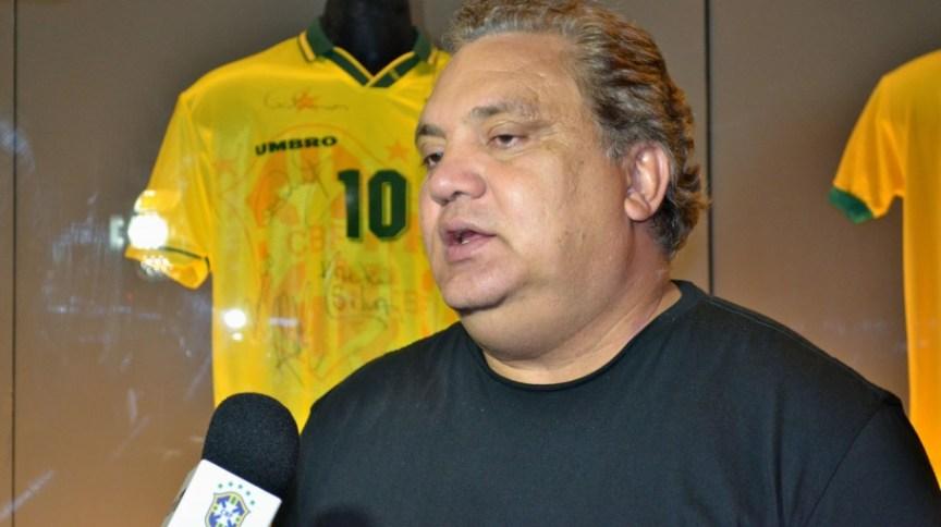Aos 56 anos, Branco, ex-jogador e coordenador dos times de base da seleção brasileira, está intubado com Covid-19