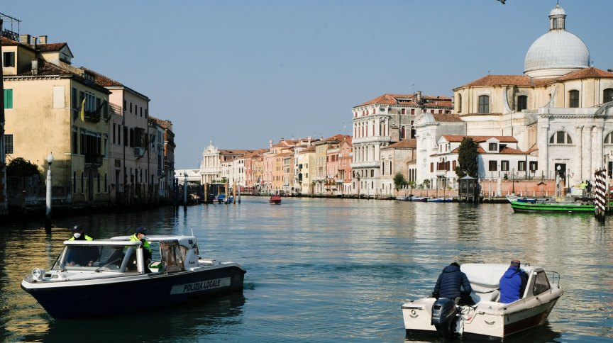 Polícia para barco em Veneza, na Itália, durante pandemia do novo coronavírus